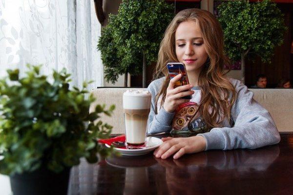 Jeune_smartphone